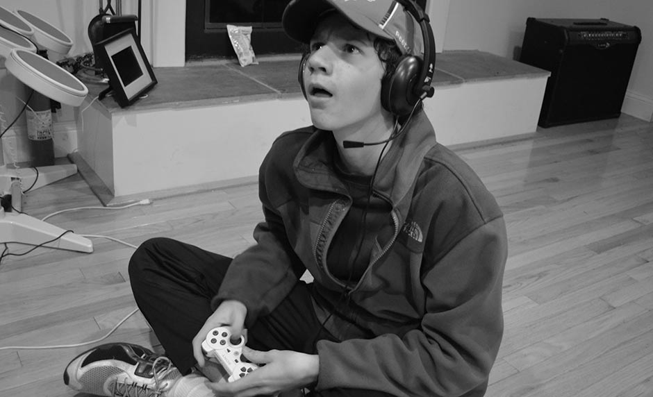 is gaming harmful for teenagers Research has also found that video games can help with visual perception, and may also help kids develop task management skills, particularly multi-tasking overall, researchers suggest that there are good and bad attributes to video games, specifically for adolescents as their brains are still growing.